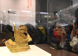 四川三星堆博物馆吸引游客观展