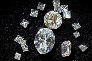 美国纽约一珠宝设计厂生产出以太钻石